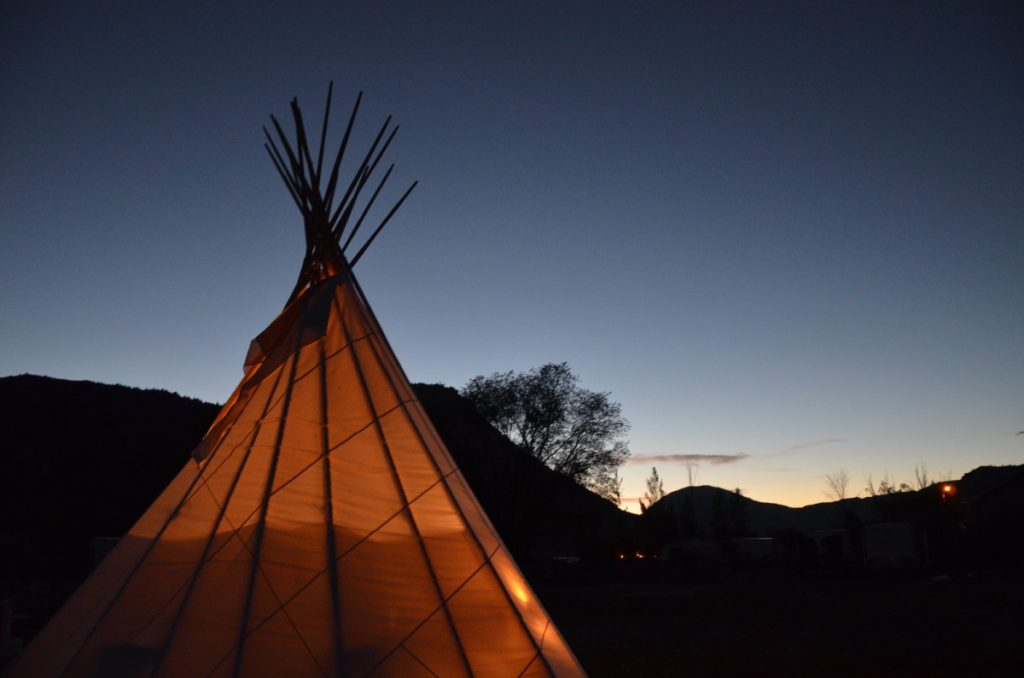 landscape-dreamcatcher-tipi-hotel-night-yellowstone-park