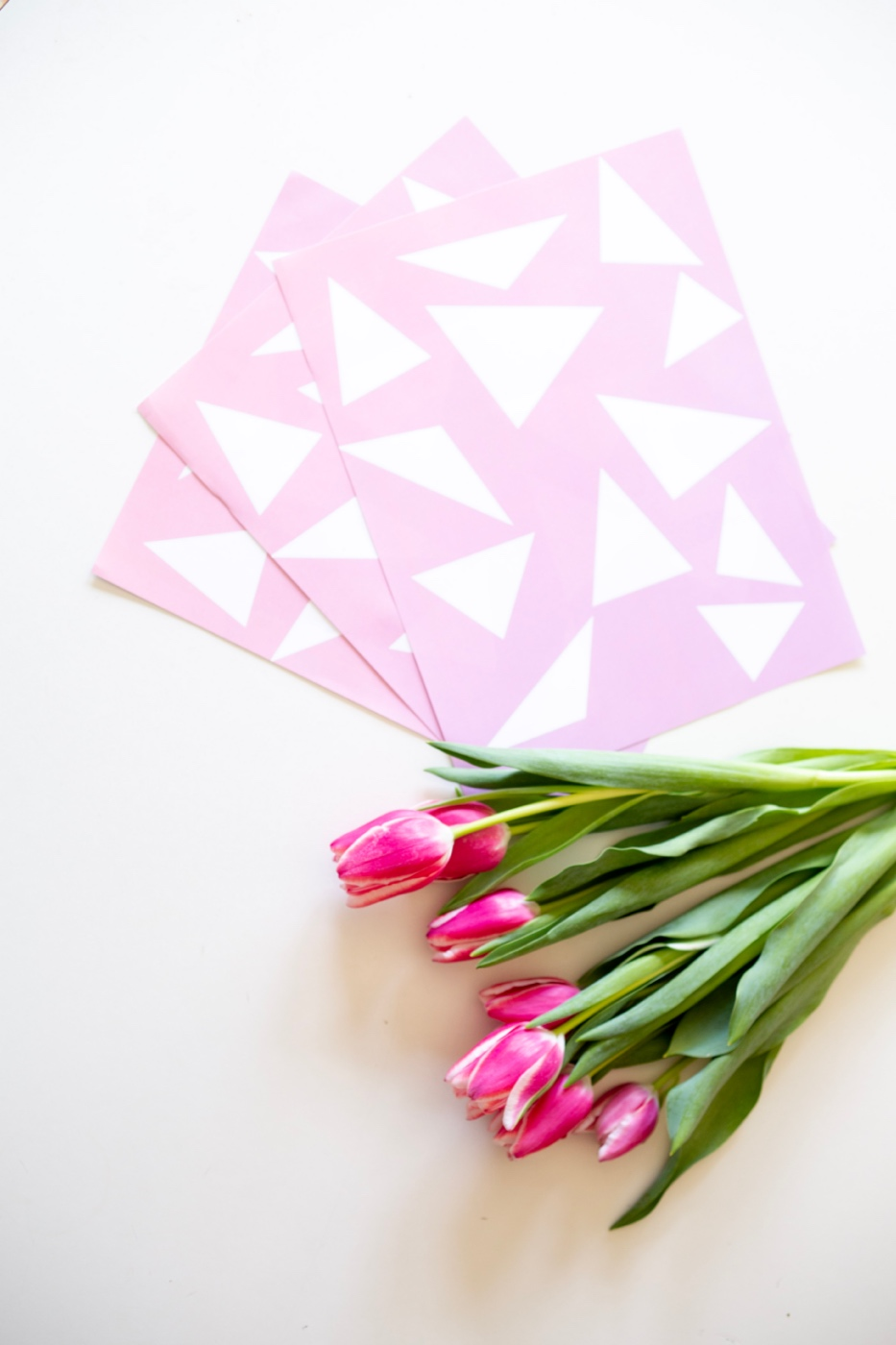 free printable flower bouquet gift wrap with pink triangles