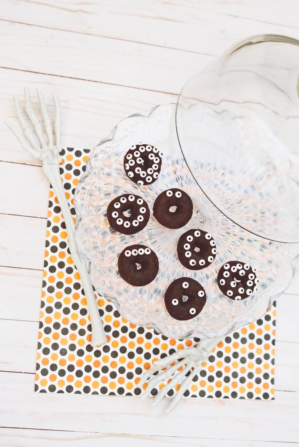 halloween-food-diy-monster-donuts-with-candy-eyes