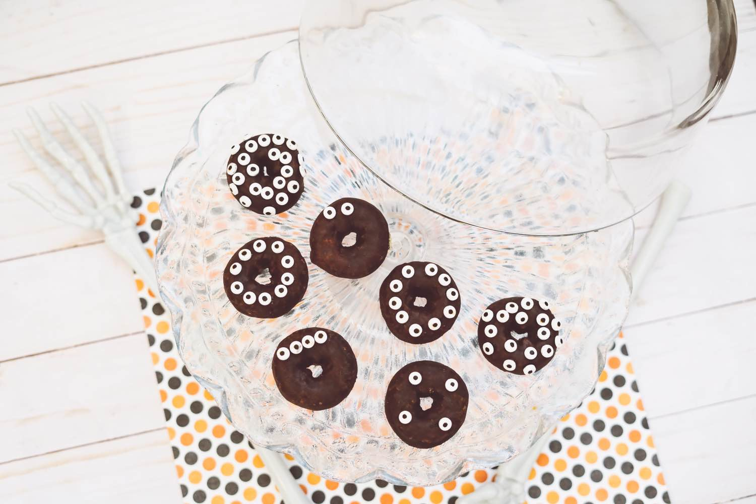 how-to-make-halloween-candy-eye-donuts-diy