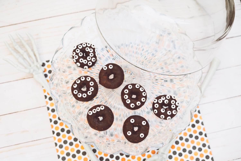 how-to-make-halloween-candy-eye-donuts-diy
