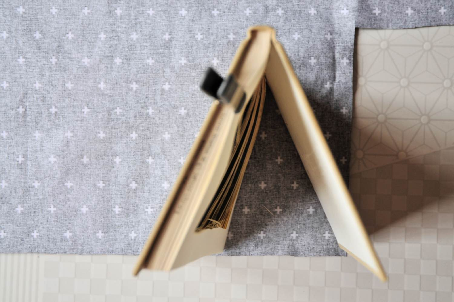 make the edges of the book clutch purse diy
