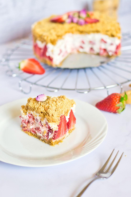 slice of strawberry crumble pie dessert recipe