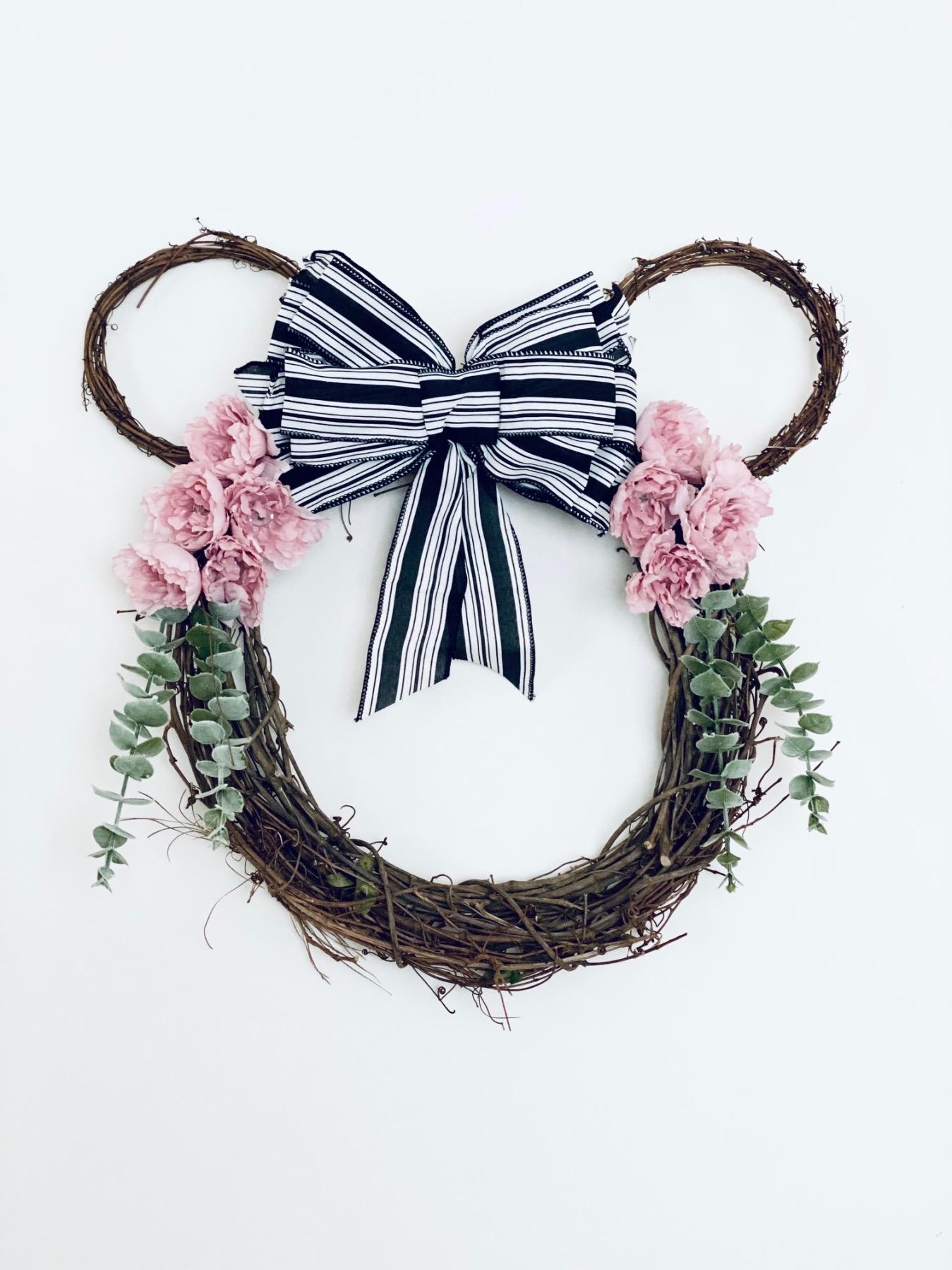 finished minnie house farmhouse wreath craft tutorial
