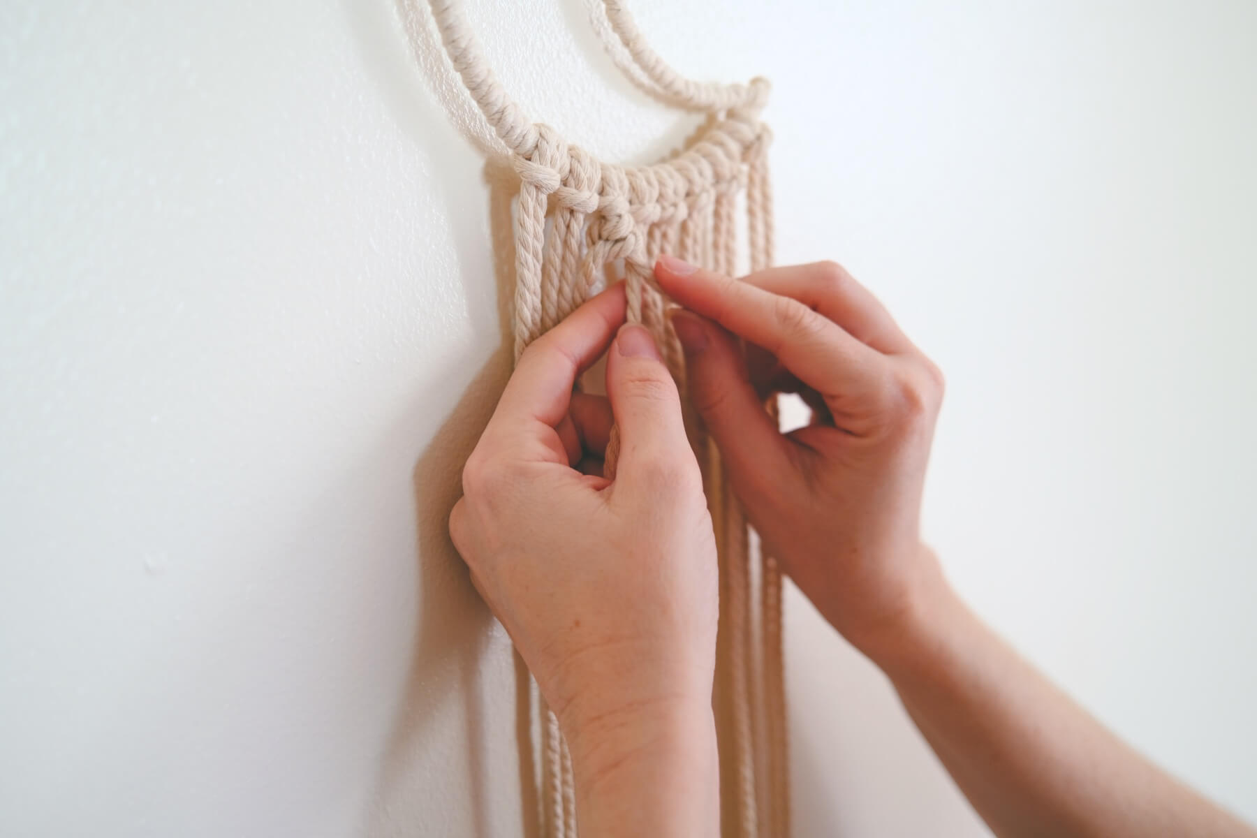 continuing the macrame double half hitch knot