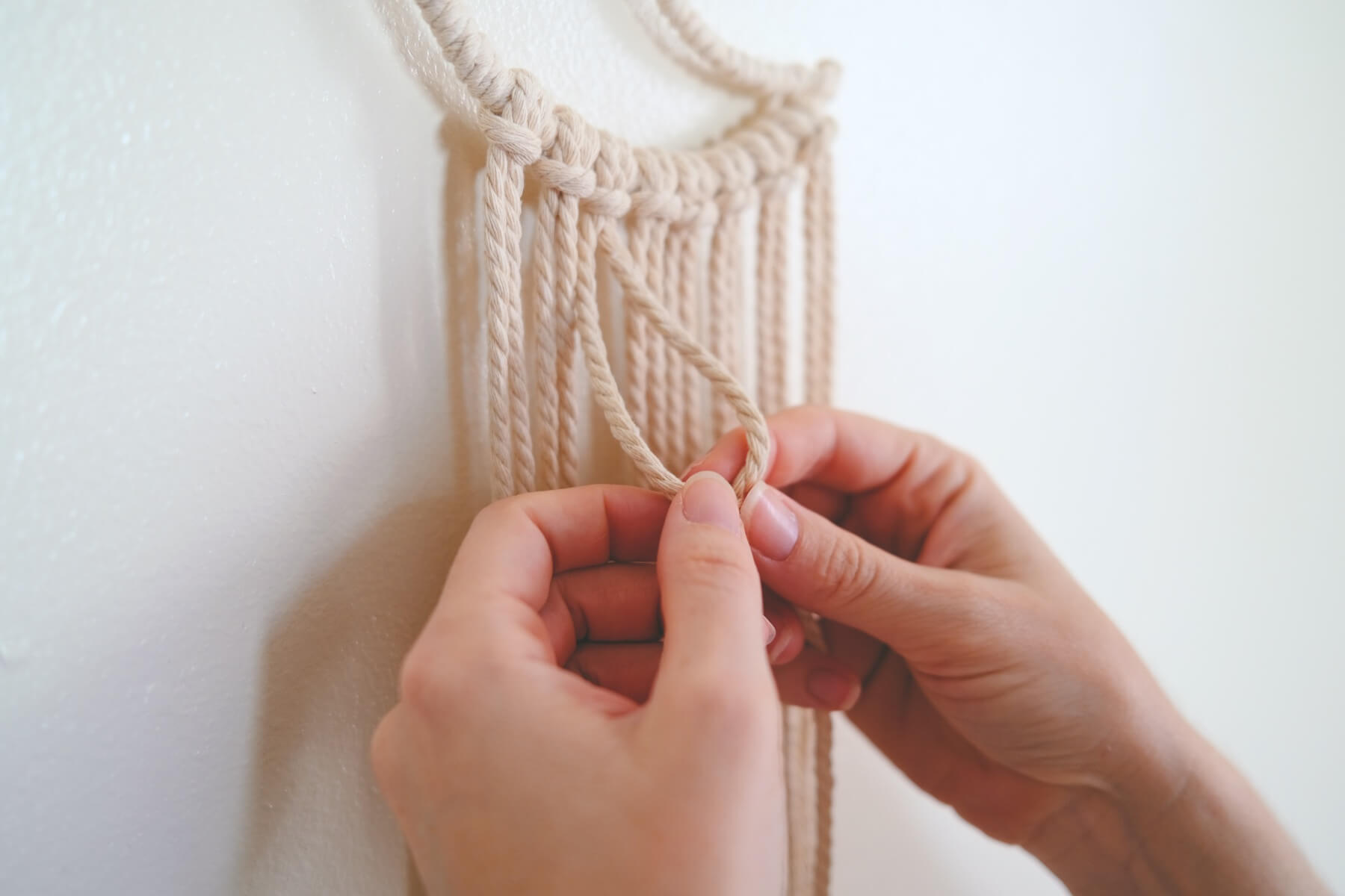 starting a double half hitch knot macrame tutorial